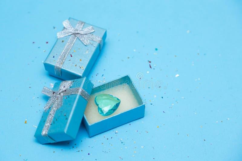 Vista superiore della scatola legata con il nastro di seta sul fondo blu tiffany del pastello di colore fotografia stock