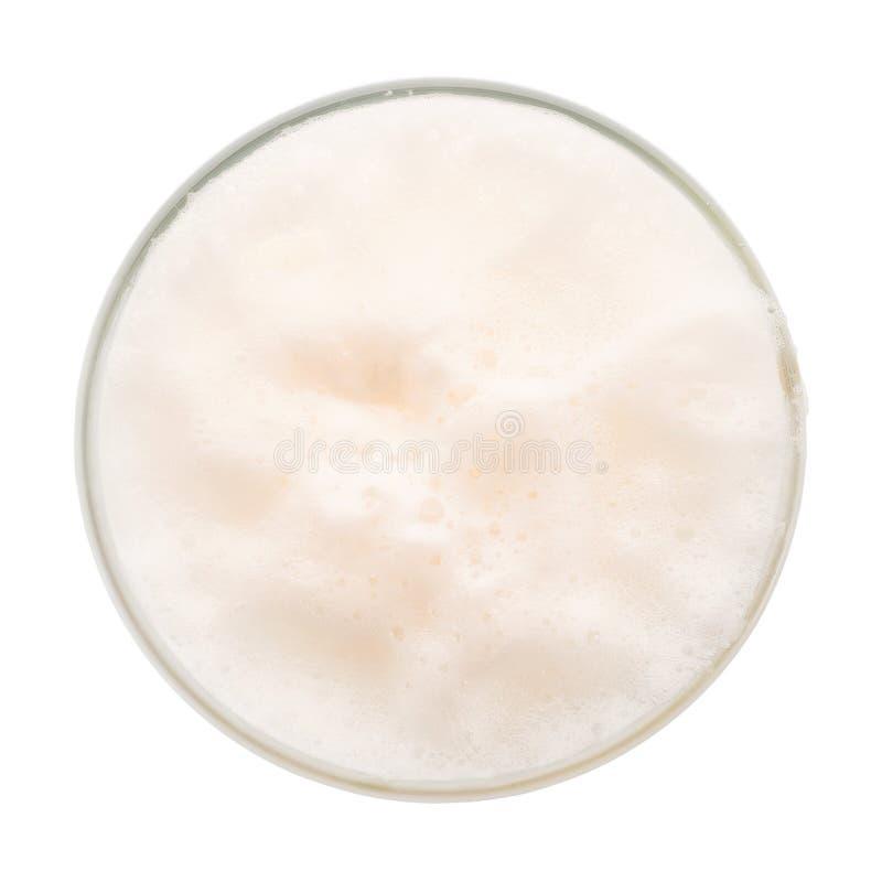 Vista superiore della schiuma della birra isolata con il percorso di ritaglio immagine stock