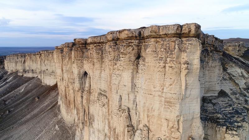 Vista superiore della scogliera pura colpo Vista panoramica di stupore di roccia bianca ripida con erosione al suo piede Montagna fotografia stock