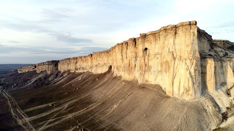 Vista superiore della scogliera pura colpo Vista panoramica di stupore di roccia bianca ripida con erosione al suo piede Montagna immagine stock libera da diritti
