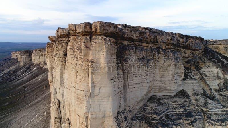 Vista superiore della scogliera pura colpo Vista panoramica di stupore di roccia bianca ripida con erosione al suo piede Montagna fotografie stock