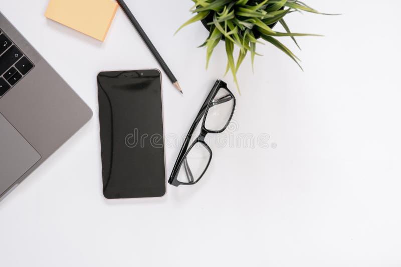 Vista superiore della scrivania moderna dell'area di lavoro immagine stock