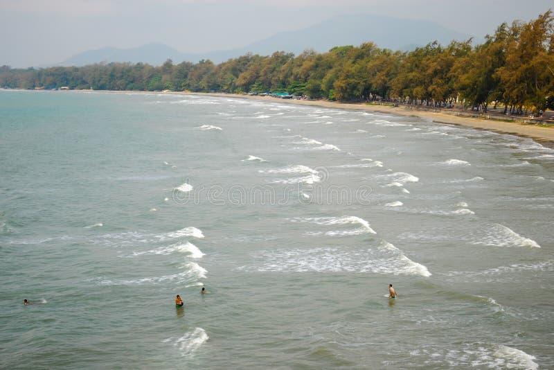Vista superiore della spiaggia pubblica Piccole figure della gente nel mare dalla s fotografia stock
