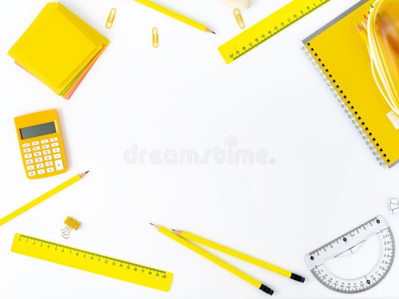 Vista superiore della tavola bianca con i rifornimenti di scuola sulla tavola intorno al emp fotografie stock libere da diritti