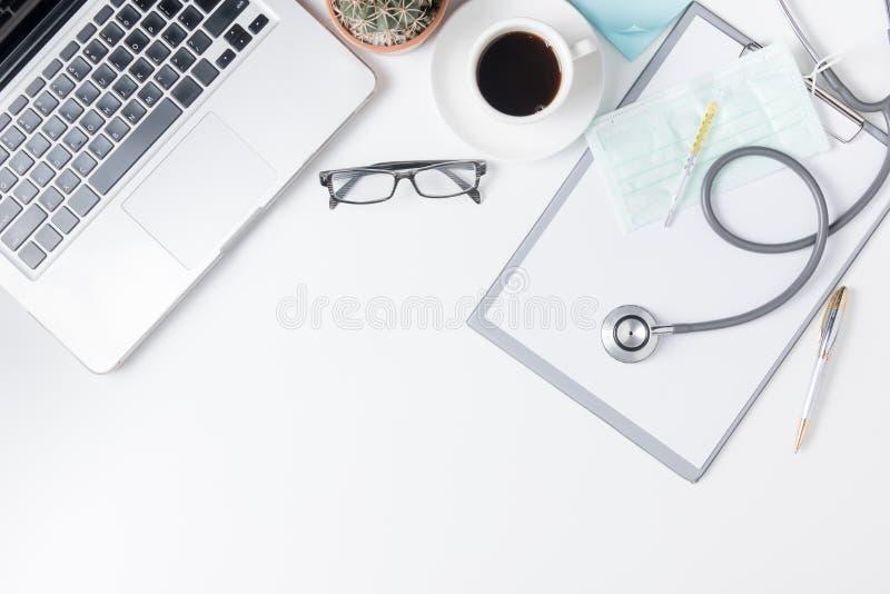 Vista superiore della tavola dello scrittorio di medico con lo stetoscopio immagine stock