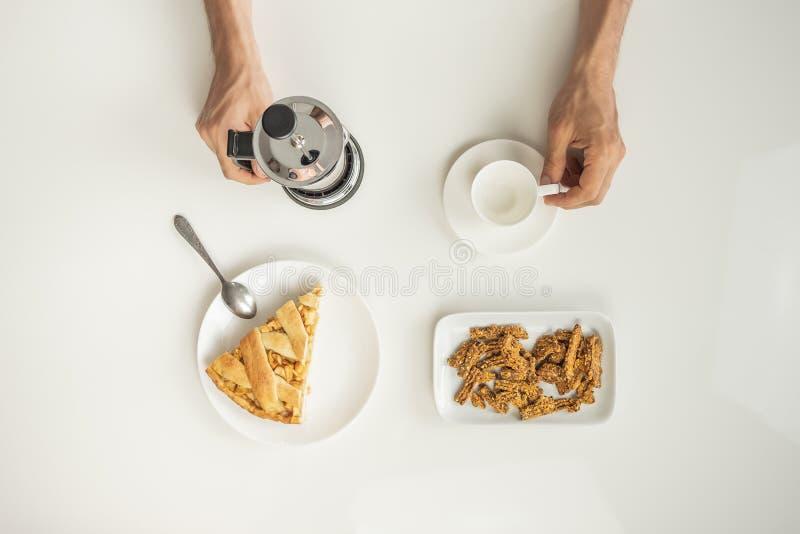 Vista superiore della tavola minimalistic con pranzo di lavoro con caffè, fotografia stock