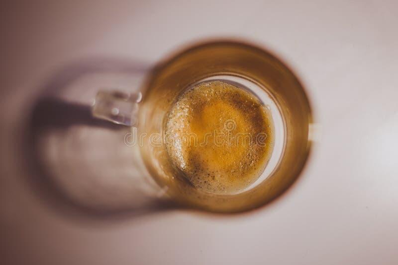 Vista superiore della tazza da caffè vuota con il ripiano del tavolo grigio neutrale fotografia stock libera da diritti