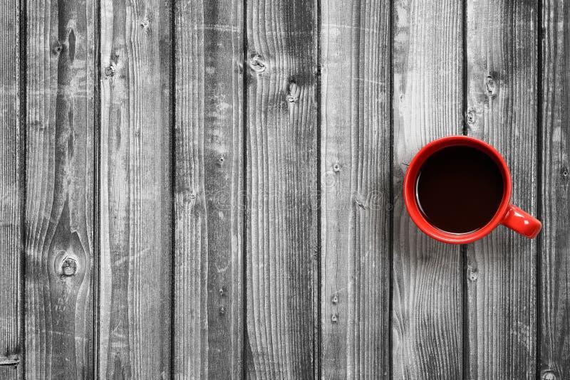 Vista superiore della tazza di caffè sulla tavola in bianco e nero fotografia stock
