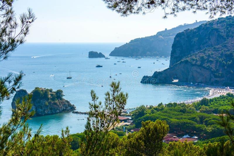 Vista superiore delle baie italiane della baia del capo Vaticano fotografie stock libere da diritti