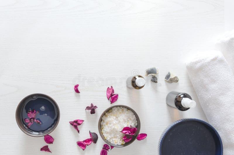 Vista superiore delle ciotole con vario dei prodotti di bellezza Concetto di pelle e di cura beaty immagine stock