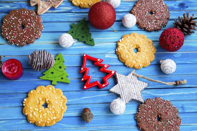 Vista superiore delle decorazioni e dei biscotti di Natale sul BAC di legno dipinto fotografia stock