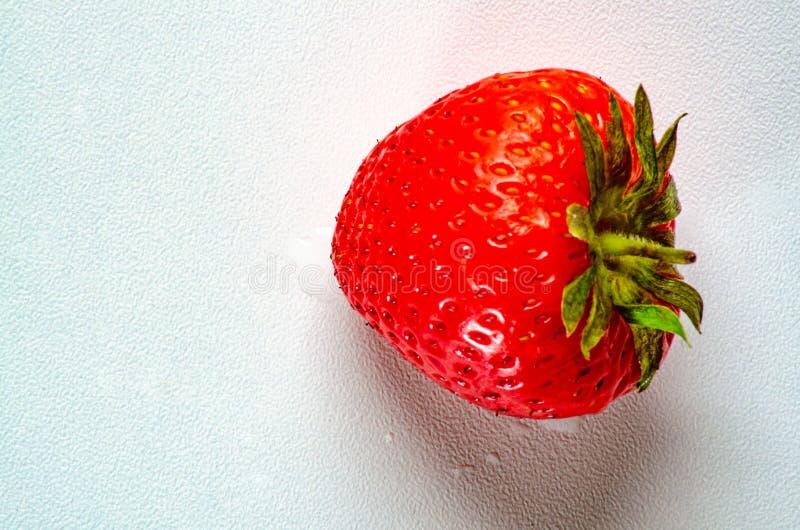 Vista superiore delle fragole che si trovano su una tavola bianca fotografie stock