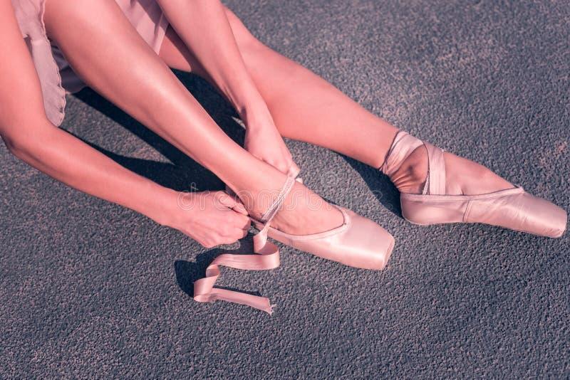 Vista superiore delle gambe professionali dei ballerini di balletto fotografia stock