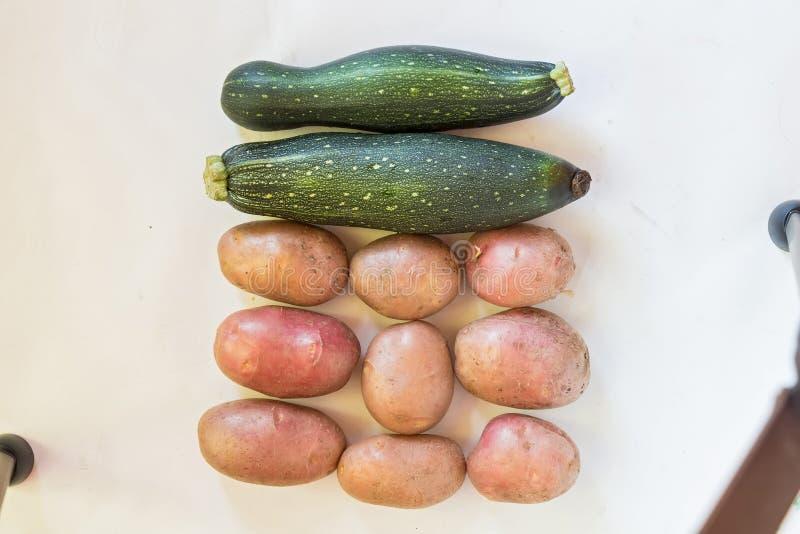 Vista superiore delle patate e dei cetrioli freschi fotografia stock