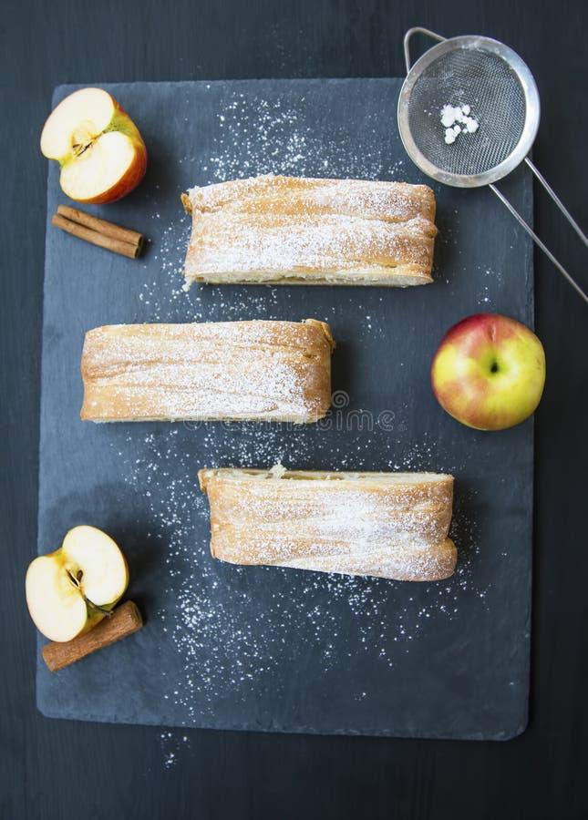Vista superiore dello strudel alle mele, pasticceria casalinga con le mele e cannella immagine stock