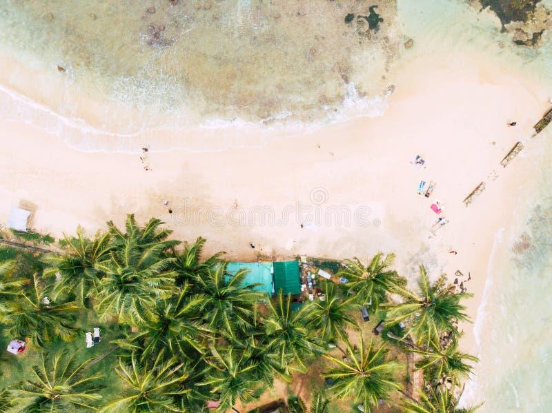 Vista superiore di bella spiaggia di sabbia bianca con la possibilità remota dell'acqua di mare del turchese immagine stock