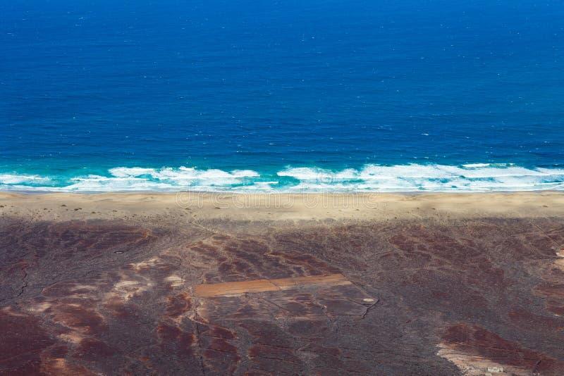 Vista superiore di bello oceano con acqua del turchese e la spiaggia, aeri fotografia stock libera da diritti