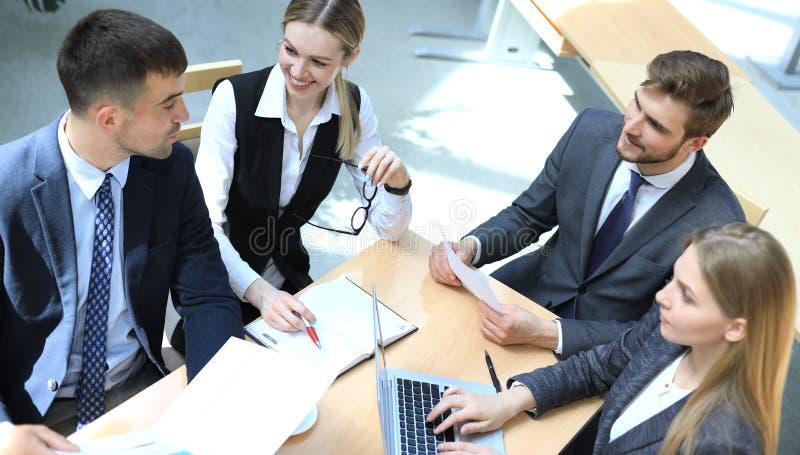 Vista superiore di 'brainstorming' del gruppo di affari mentre sedendosi alla tavola dell'ufficio insieme fotografia stock libera da diritti