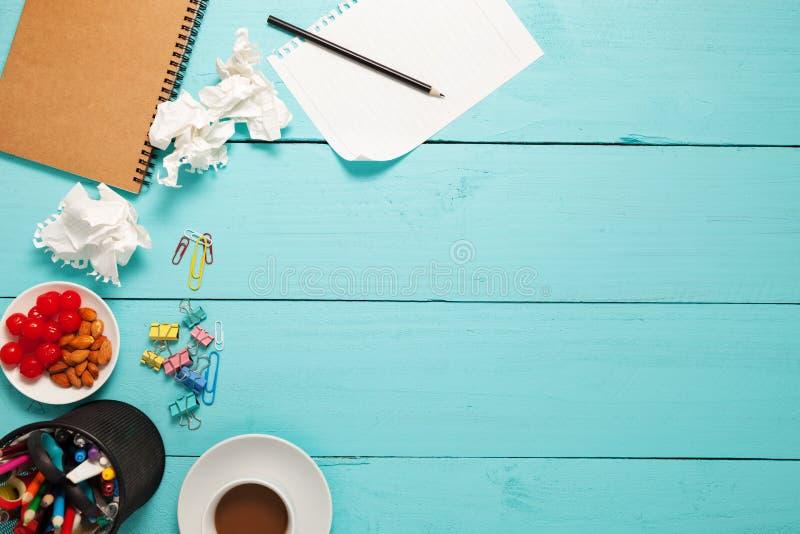 Vista superiore di carta in bianco e della matita, caffè, mandorla, ciliegia e fotografia stock