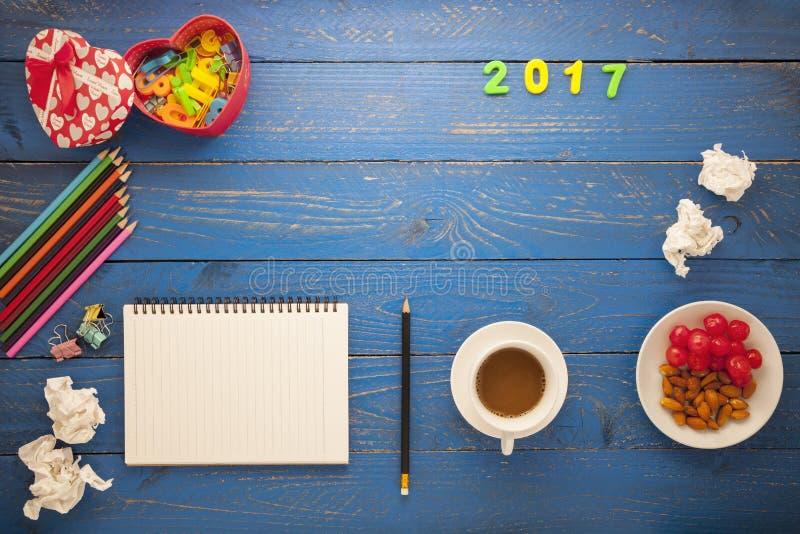 Vista superiore di carta in bianco e della matita, caffè, mandorla, ciliegia e fuori fotografie stock