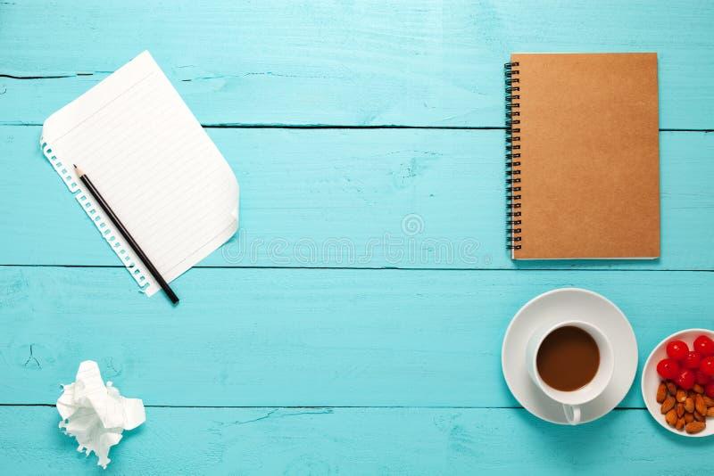 Vista superiore di carta in bianco e della matita, caffè, mandorla, ciliegia e fuori fotografia stock libera da diritti