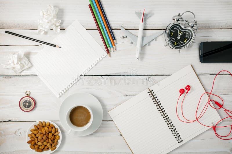 Vista superiore di carta in bianco e della matita, smartphone, caffè, mandorla, ala fotografia stock libera da diritti