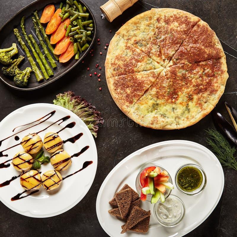 Vista superiore di concetto dei piatti di servizio del ristorante immagini stock