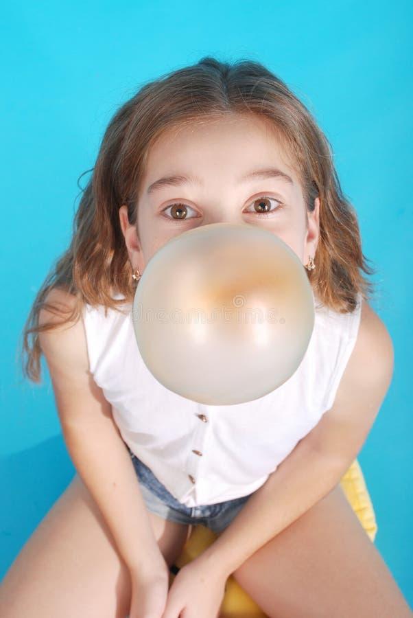 Vista superiore di di gomma da masticare di salto della bella giovane ragazza castana fotografie stock
