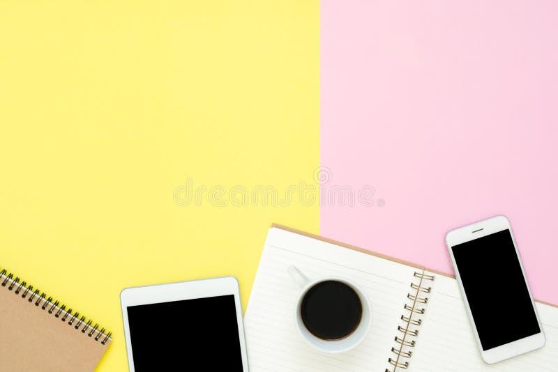 Vista superiore di disposizione piana dello spazio di funzionamento con la pagina del taccuino, la tazza di caffè e la derisione  immagini stock libere da diritti