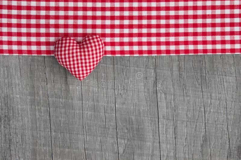 Vista superiore di forma a quadretti rossa del cuore su una b misera grigia di legno fotografia stock libera da diritti