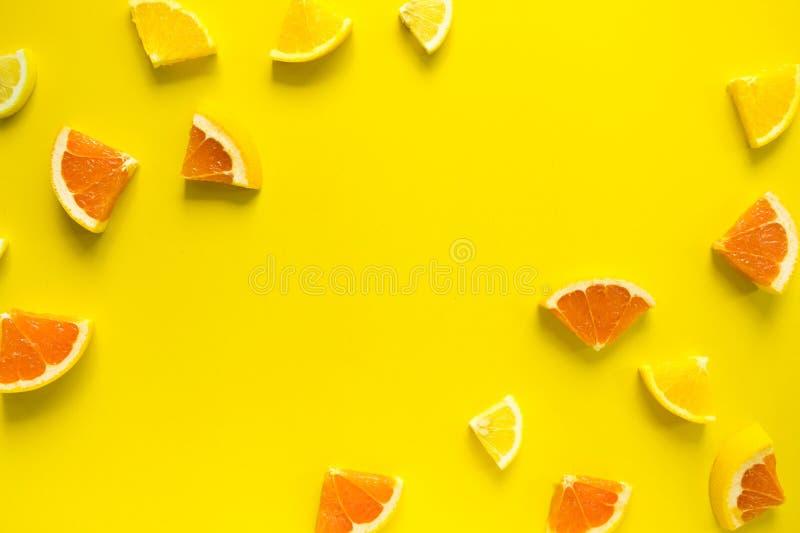 Vista superiore di frutta arancio variopinta su fondo pastello immagine stock