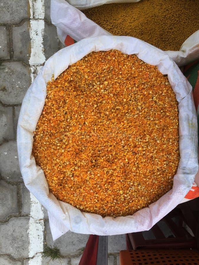 Vista superiore di grande borsa riempita di cereale dorato grinded fotografie stock