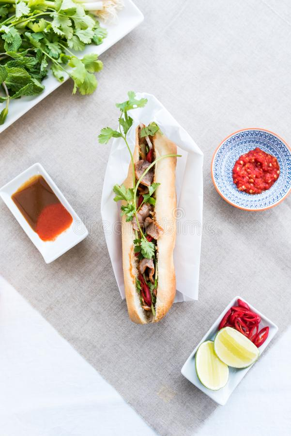 Vista superiore di grande panino e delle salse di Banh MI fotografie stock