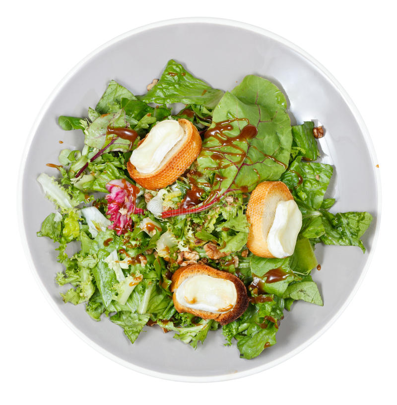 Vista superiore di insalata verde con il formaggio di capra sul piatto fotografia stock libera da diritti