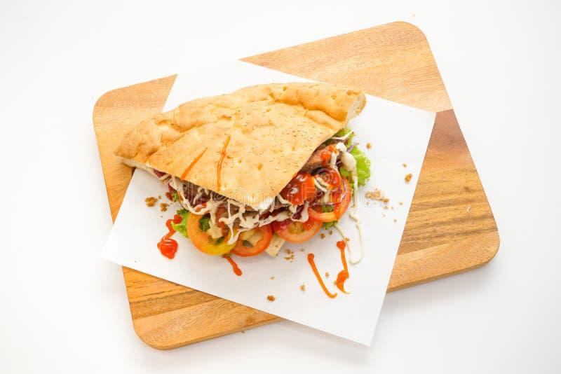 Vista superiore di kebab di Doner sul tagliere su fondo bianco fotografie stock libere da diritti