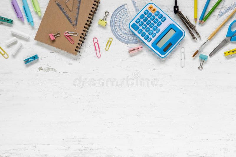 Vista superiore di nuovo al concetto della scuola ed al concetto del fondo di istruzione fotografia stock