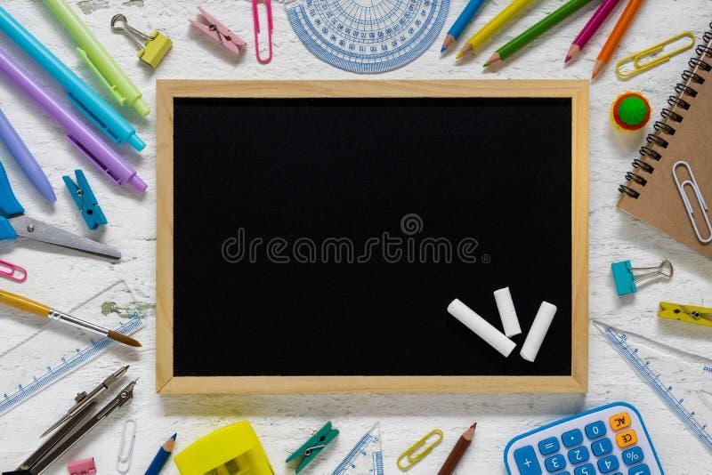 Vista superiore di nuovo al concetto della scuola ed al concetto del fondo di istruzione immagine stock