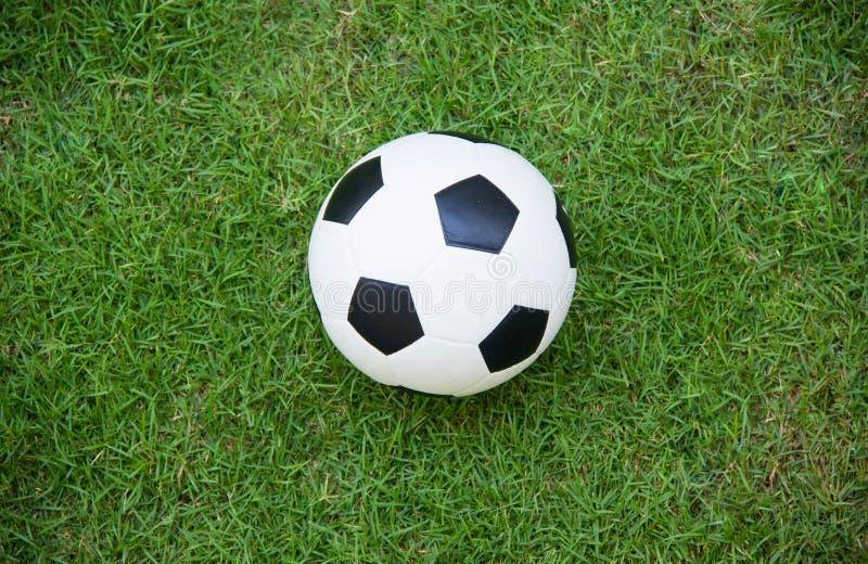Vista superiore di pallone da calcio sul campo di calcio fotografia stock