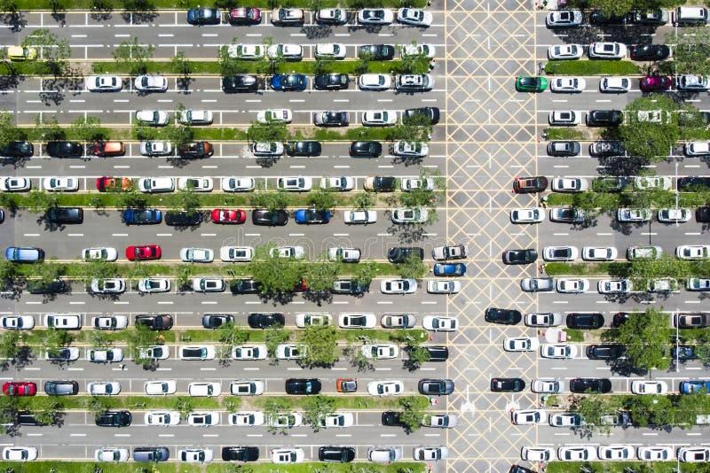 Vista superiore di parcheggio lineare dell'automobile e linee verde a Shenzhen, Chin fotografie stock libere da diritti