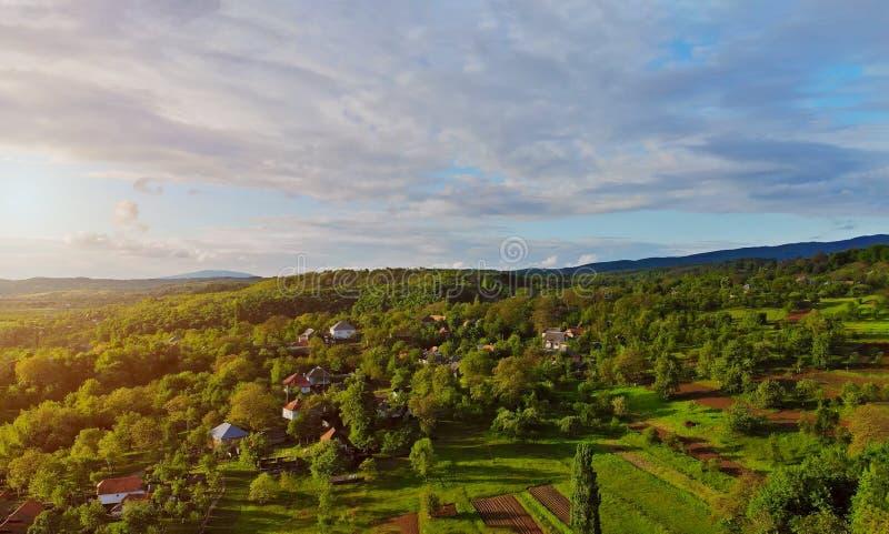 Vista superiore di piccola piccola casa del villaggio, la foresta nelle montagne fotografie stock