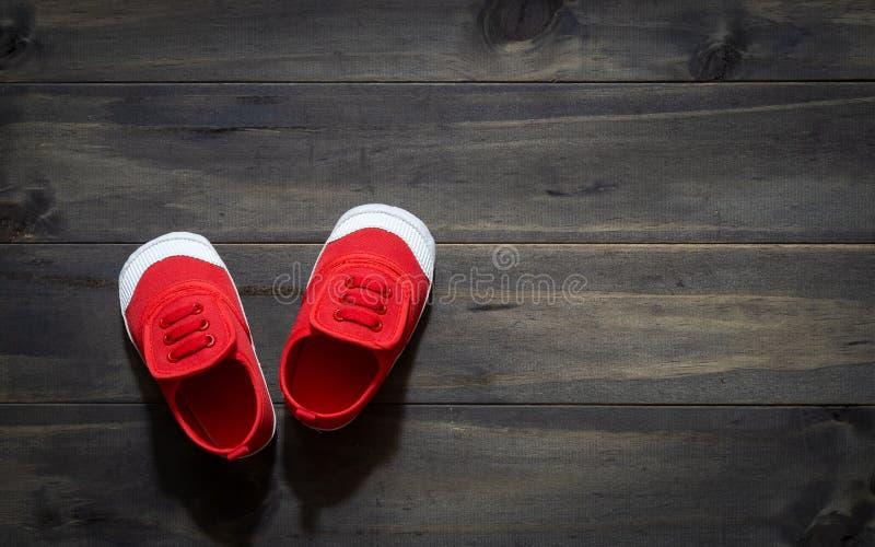 Vista superiore di piccole dimensioni rossa sveglia s sopraelevata delle scarpe della tela del ` s dei bambini fotografie stock libere da diritti