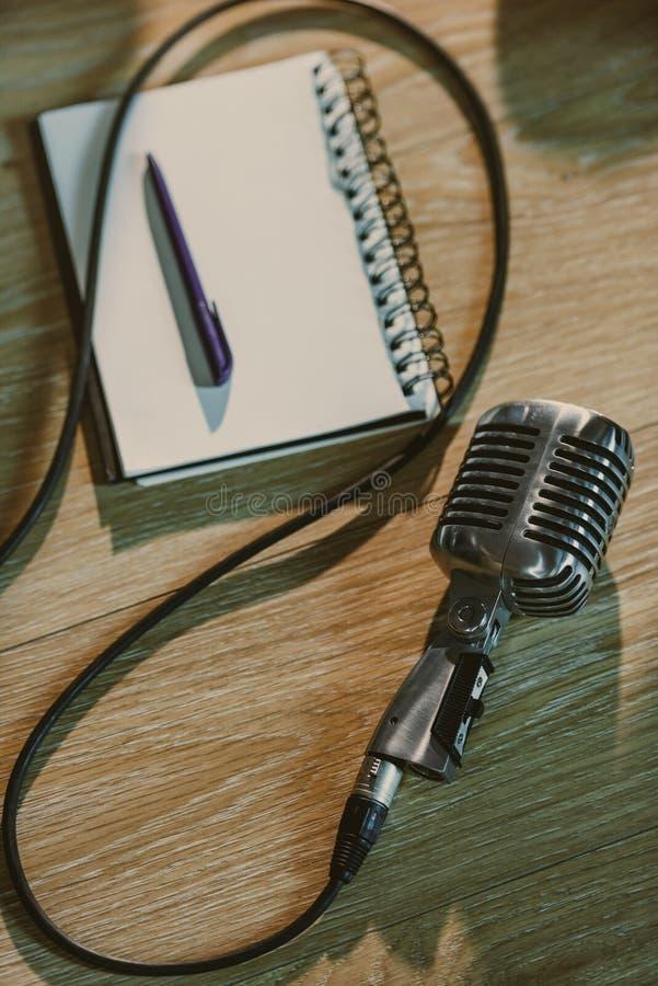 vista superiore di retro microfono metallico che si trova sulla tavola di legno fotografia stock