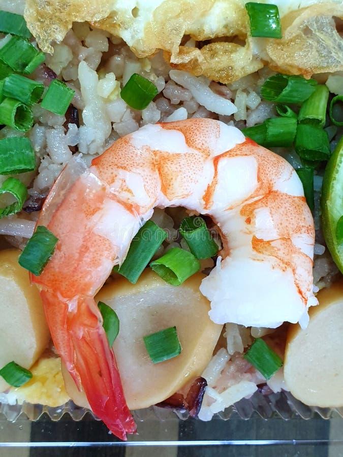 Vista superiore di riso fritto con gamberetto, salsiccia spruzzata con cipolla di inverno affettata immagini stock libere da diritti