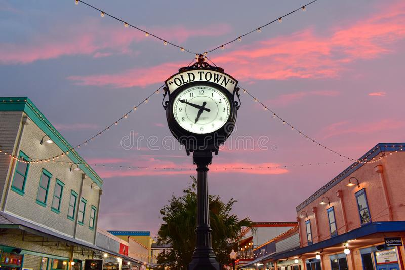 Vista superiore di stile europeo dell'orologio d'annata a Kissimmee Città Vecchia in un'area di 192 strade principali fotografia stock libera da diritti