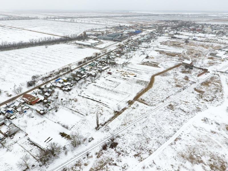 Vista superiore di un campo arato nell'inverno Un campo di grano nella neve fotografia stock libera da diritti