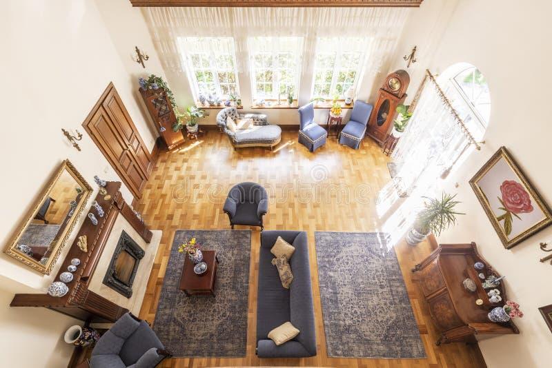 Vista superiore di un interno lussuoso del salone del soffitto alto dentro di mattina fotografia stock