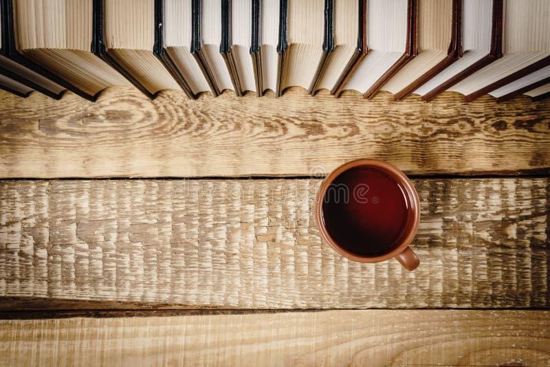 Vista superiore di un libro e di una tazza immagini stock libere da diritti