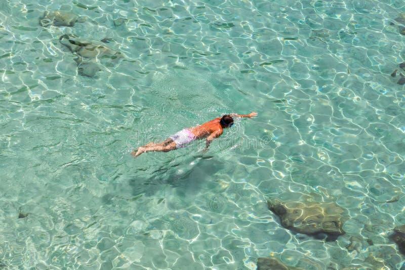 Vista superiore di un nuoto del ragazzo a Milo, in Grecia immagine stock