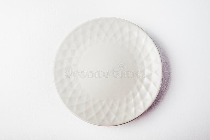 Vista superiore di un piatto pastello bianco su un fondo bianco pastello Fotografia dell'alimento di minimalismo Stile geometrico immagine stock