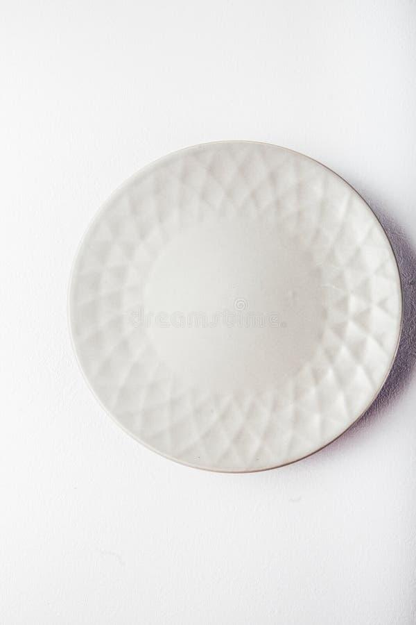 Vista superiore di un piatto pastello bianco su un fondo bianco pastello Fotografia dell'alimento di minimalismo Stile geometrico fotografia stock libera da diritti